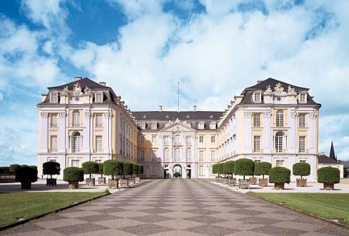 Brühl, Schloss Augustusburg, Blick von Osten in den Ehrenhof