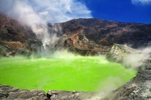 Von oben wirkt der Lake Rotokakahi - auch Green Lake genannt - smaragdgrün, was an seinem sandigen und flachen Grund liegt. Foto: djd/Karawane Reisen