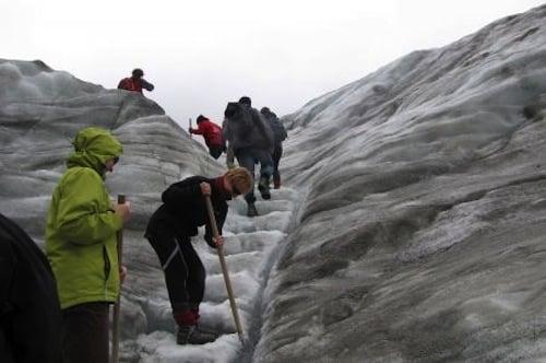 Wanderung auf dem Fox Gletscher Neuseelands, der Insel der Kontraste. Foto: djd/Karawane Reisen