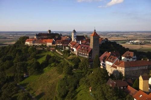 """Im """"RadSüden"""" erwarten Urlauber abwechslungsreiche Landschaften und sehenswerte Städte. Foto: djd/Touristikgemeinschaft Hohenlohe"""