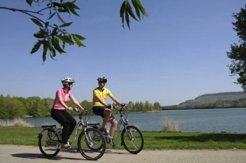Der Breitenauer See bietet eine Fülle an Freizeitmöglichkeiten. Direkt am See liegt ein Fünf-Sterne-Campingpark. Foto: djd/Touristikgemeinschaft HeilbronnerLand e.V.