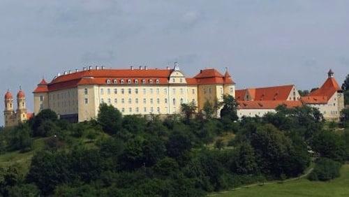 Von den Anhöhen der Schwäbischen Ostalb grüßen viele Burgen und Schlösser. Ein prägnantes Beispiel ist das Schloss ob Ellwangen, in dem bis 1802 die Fürstpröpste residierten. Foto: djd/Touristikgemeinschaft Erlebnisregion Schwäbische Ostalb e.V.