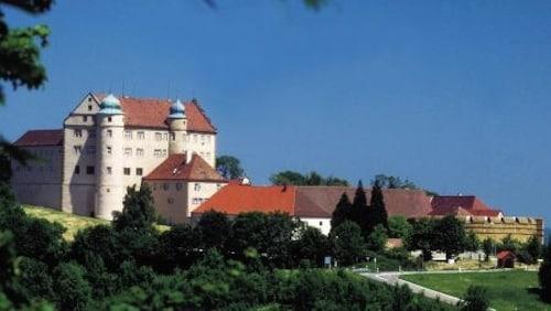 Über Lauchheim thront Schloss Kapfenburg. Im Schloss ist heute eine internationale Musikakademie untergebracht. Foto: djd/Touristikgemeinschaft Erlebnisregion Schwäbische Ostalb e.V.