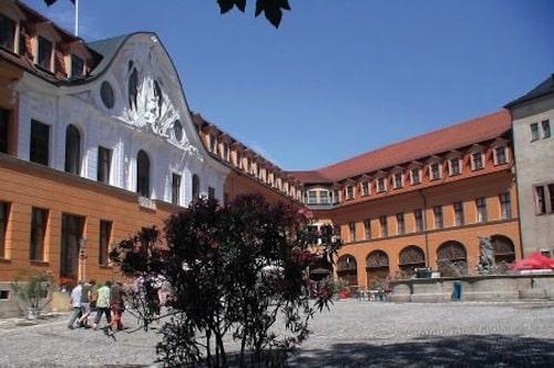 Das Residenzschloss in Sondershausen - es ist nicht nur eine Attraktion der Kyffhäuserregion, sondern auch ein Schauplatz des Thüringentags 2013. Foto: djd/Tourismusverband Kyffhäuser e. V.