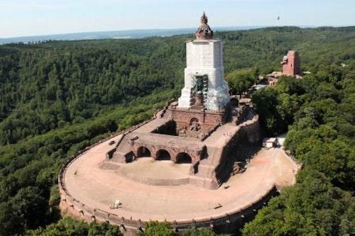 Das Kyffhäuserdenkmal wird derzeit restauriert - man kann allerdings dennoch hinaufklettern und einen Rundblick bis zum Brocken im Harz genießen. Foto: djd/Tourismusverband Kyffhäuser e. V.