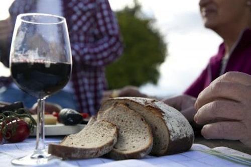Landschaft und Wein genießen: An vielen Rad- und Wanderwegen laden Weinausschankhütten zu einem kleinen Zwischenstopp und einer Weinprobe direkt im Weinberg ein. Foto: djd/TG HeilbronnerLand e.V.