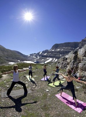 Beim Heli-Yoga fliegt man per Helikopter hinauf in die einsamen Höhen der Rocky Mountains, um dort vollkommene Entspannung zu erleben. Foto: djd/Travel Alberta