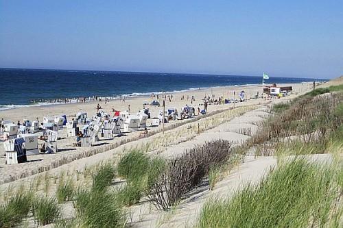 Dünen, Sand und Meer bilden die Attraktionen, die bei einem Sylt-Aufenthalt nicht fehlen sollten. Foto: djd/Kurverwaltung List/Gunther Sonntag