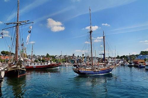 Maritimes Flair an der Kieler Förde: Im Yachthafen von Laboe machen Segler gerne Station. Foto: djd/Tourismusbetrieb Ostseebad