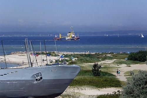 """Direkt angrenzend an die Dünenlandschaft wartet das U-Boot """"U-995"""" auf Besucher. Foto: djd/Tourismusbetrieb Ostseebad"""