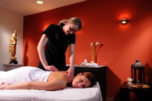 Eine energetische Rücken-Nacken-Massage kann Wunder wirken. Foto: djd/Maritim Hotels