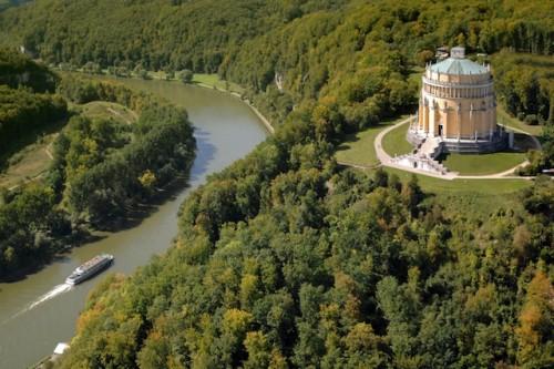 Blick auf die Befreiungshalle in Kelheim bei Regensburg: Die Sternradtour mit dem Ausgangspunkt Bad Gögging führt auch zu dieser Sehenswürdigkeit. Foto: djd/Donau Touristik GmbH/Hajo Dietz