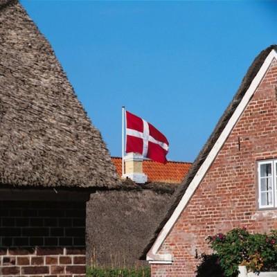 Viele Reetdächer - und überall flattert die rotweiße Fahne: Das ist typisch Dänemark. Foto: djd/www.cofman.de