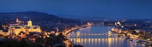 Abends wird der Burgpalast in Budapest festlich angestrahlt. Foto: djd/Donau Touristik GmbH