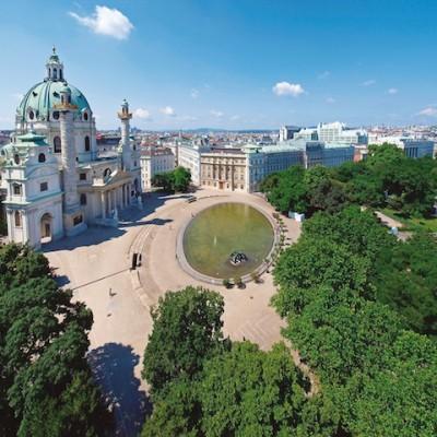 Die Karlskirche in Wien gehört zu den Sehenswürdigkeiten bei der Stadtbesichtigung. Foto: djd/Wien Tourismus/Karl Thomas