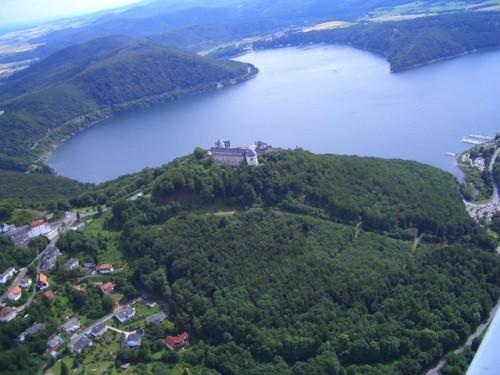 In der einzigartigen Landschaft des Nationalparks Kellerwald-Edersee sowie des gleichnamigen Naturparks, in dem auch das jahrhundertealte Schloss Waldeck zu besichtigen ist, windet sich der klare, tiefblaue Edersee. (Foto: epr/Edersee Touristic GmbH)