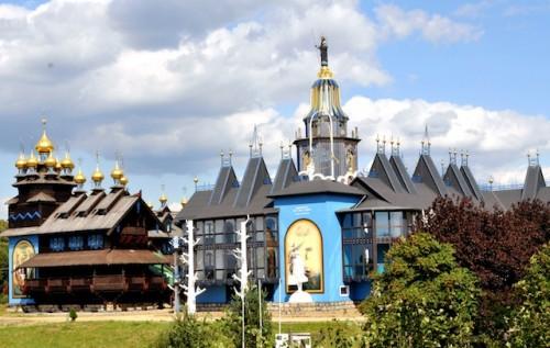 Architektur mir Bedeutung: 50 goldene Kuppeln zieren den Glockenpalast in Gifhorn und stehen für 50 Jahre Frieden in Deutschland. (Foto: epr/Südheide Gifhorn Tourismus)