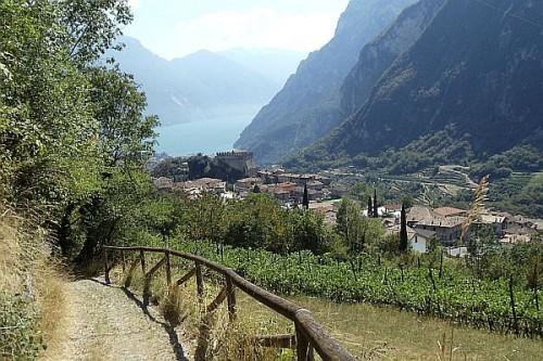 Die Wanderwoche, die in der Kurstadt Meran startet, endet aussichtsreich am Gardasee. Foto: djd/Eurohike