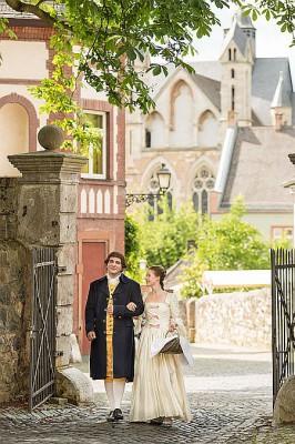 Große Gefühle: 1772 lernten sich Goethe und Charlotte in Wetzlar kennen. In liebevoll arrangierten Kostümführungen wird die Liebesgeschichte heute wieder lebendig. Foto: djd/Tourist-Information Wetzlar