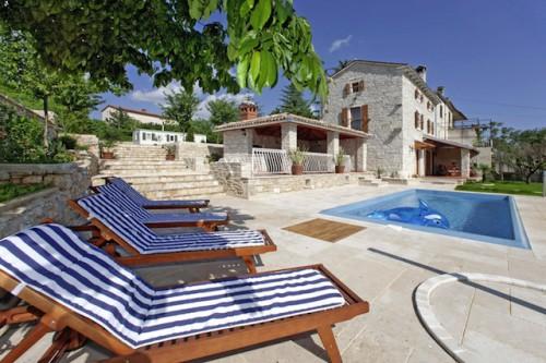 Die Vermieter seiner Ferienhäuser, Ferienwohnungen und Pensionen kennen die Mitarbeiter von I.D. Riva Tours persönlich. Das gewährleistet einen hohen Standard. (Foto: epr/I.D. Riva Tours)