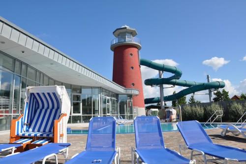 """Zu jeder Jahreszeit kann man im Erlebnisbad """"Ocean Wave"""" in 30 Grad warmes Nordseewasser abtauchen. Foto: djd/Stadt Norden GmbH"""