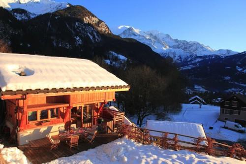 Ob ein komfortables Chalet in den französischen Alpen (hier Objekt 69624 auf FeWo-direkt.de) oder eine einfache Skihütte in Österreich: Wer mit einer größeren Gruppe in den Schnee aufbricht, trifft mit einem Ferienhaus eine gute Wahl. Foto: djd/FeWo-direkt
