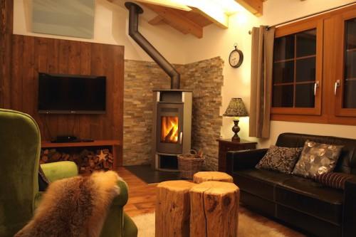 Nicht selten haben Vermieter für ihre Gäste eine Sauna oder einen Kamin eingerichtet, an dem man nach einem ausgiebigen Schneeausflug entspannen kann (Objekt 750201 im Kanton Wallis auf FeWo-direkt.de). Foto: djd/FeWo-direkt