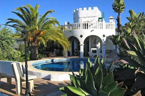Überwintern unter Palmen: Viele Deutsche träumen davon, die kalten Wintermonate in südlichen Gefilden zu verbringen, zum Beispiel in einer Villa mit Meerblick in Spanien. Foto: djd/FeWo-direkt