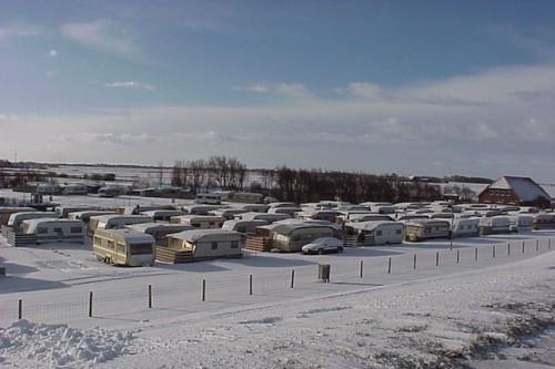 Schnee-Idyll auf dem Campingplatz Neuharlingersiel: Viele Camper genießen hier die Weihnachts- und Silvesterfeiertage. Foto: djd/Kurverein Neuharlingersiel e.V.