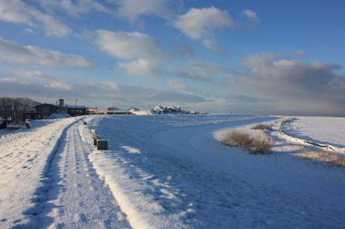 Das gesunde Reizklima an der Nordseeküste ist in der kalten Jahreszeit besonders intensiv. Strandspaziergänge im rauen Wind stärken Atemwege und Immunsystem. Foto: djd/Kurverein Neuharlingersiel e.V.