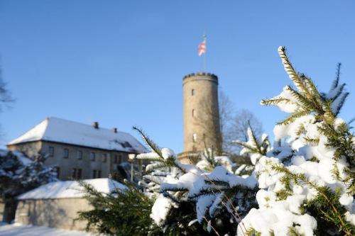 Die mittelalterliche Sparrenburg, Bielefelds Wahrzeichen, präsentiert sich in ihrem Winterkleid besonders romantisch. Foto: djd/Teutoburger Wald Tourismus/Bielefeld Marketing GmbH/Susanne Freitag