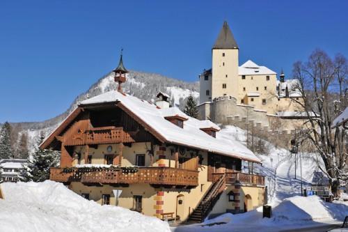 Das idyllische Mauterndorf mit seinen Treppengiebelhäusern liegt auf 1.100 Meter Seehöhe. Foto: djd/Tourismusverband Mauterndorf