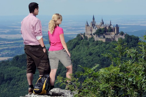 Die Premiumwanderwege der sieben Regionen haben alle ihren eigenen Reiz und bieten zahlreiche Highlights wie etwa die Burg Hohenzollern. Foto: djd/Projektbüro PremiumWanderWelten