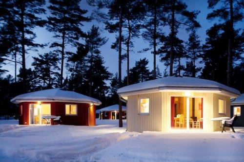 """Wer nicht unendlich weit in Richtung Norden fahren möchte, findet in Südschweden ein Urlaubsdomizil in der """"Regenbogen""""-Ferienanlage Åhus. Foto: djd/Regenbogen"""