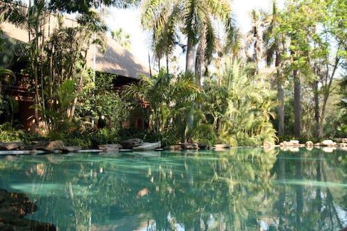Willkommen im Paradies! Im Rahmen der Makutsi-Reise finden Ruhesuchende Entspannung in diesem wunderschönen Pool. (Foto: epr/DeLaRe Reisen)