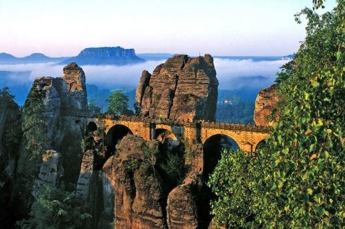 Um die imposante Felsformation Bastei im Elbsandsteingebirge ranken sich viele Sagen und Legenden. Foto: djd/Tourismusverband Sächsische Schweiz e.V./Frank Richter