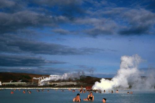 Wellness mit den Kräften der Natur: Der Vulkanismus sorgt vielerorts auf Island für Entspannung. Hier in der bekannten Blauen Lagune. Foto: djd/contrastravel.com