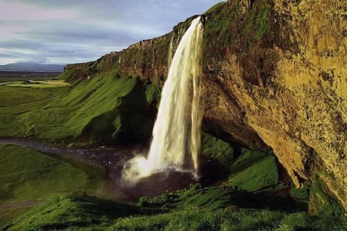 Wer Island individuell bereist, kann das Tagesprogramm nach Lust und Laune bestimmen - und beispielsweise schöne Lichtstimmungen wie hier am Wasserfall Seljalandsfoss voll auskosten. Foto: djd/contrastravel.com