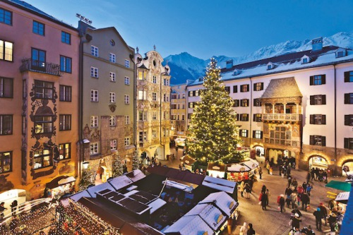 Vorfreude auf den Heiligen Abend: Der Weihnachtsmarkt in Innsbruck – hier zu sehen ist der Swarovski Weihnachtsbaum vor dem Goldenen Dachl – verbindet Tradition und Moderne auf beeindruckende Weise. (Foto: epr/Christoph Lackner)