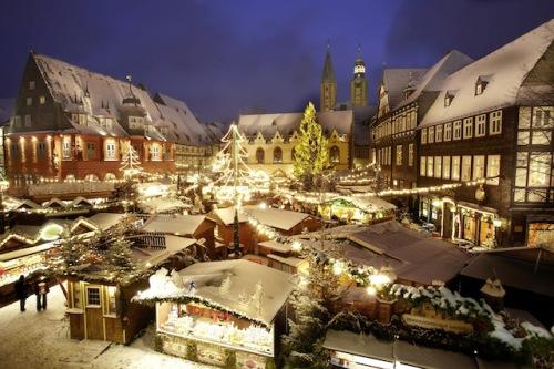 Die mittelalterliche Altstadt in Goslar wird im Advent zum Weihnachtswald. Foto: djd/Niedersachsen/Stefan Sobotta