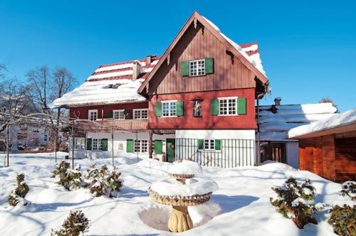 Wie aus einem Wintermärchen entsprungen: Das stilvolle Geldernhaus, einst gräfliche Jagdvilla, wurde liebevoll restauriert und lockt mit historischem Charme in das verschneite Oberstdorf. (Foto: epr/Geldernhaus Hotel garni)