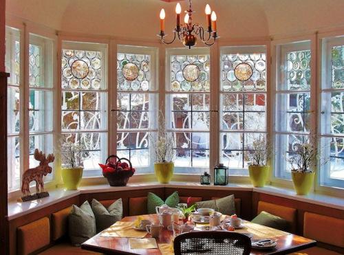 Morgens in einem der Gesellschaftsräume: In der gemütlichen Frühstücksecke genießt man den heißen Kaffee, während die herrliche Winterlandschaft draußen erwacht. (Foto: epr/Geldernhaus Hotel garni)