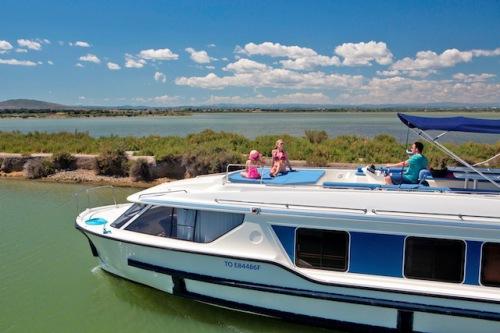 Bei einem Urlaub mit dem Hausboot lassen sich die reizvollen Regionen - etwa die Camargue in Frankreich - aus einer ganz anderen Perspektive entdecken. Foto: djd/Le Boat
