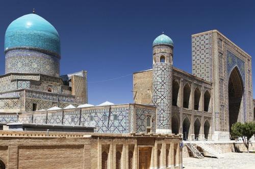 """Der Registan, der """"Sandplatz"""", in Samarkand ist ein Highlight islamischer Baukunst. Foto: djd/thx"""