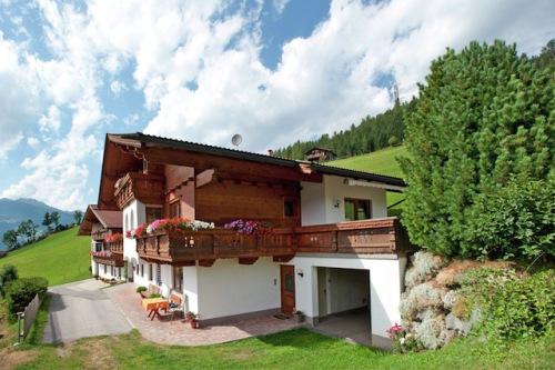 Urlaub wie zuhause: Ein Ferienhaus bietet in Sachen Flexibilität und Kosten viele Vorteile. Gerade in Tirol ist der Sommerurlaub im Ferienhaus beliebt. Foto: djd/Belvilla Ferienhäuser