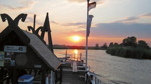 Beeindruckende Atmosphäre: Mit dem Floß kann man auf der Aller dem beeindruckenden Sonnenuntergang entgegen fahren. (Foto: epr/Zweckverband Aller-Leine-Tal)