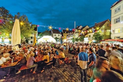 In der ausgelassenen Stimmung des Meersburger Weinfestes lassen sich zahlreiche erlesene Tropfen genießen. (Foto: epr/Meersburg Tourismus/Martin Maier)