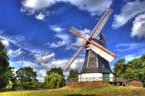 Die Worpsweder Mühle ist eines der Wahrzeichen des Teufelsmoors. Nach aufwendiger Restaurierung ist sie wieder voll funktionstüchtig und bei günstigem Wind drehen sich ihre Flügel wie in alter Zeit. Foto: djd/Touristikagentur Teufelsmoor-Worpswede-Unterweser e.V.