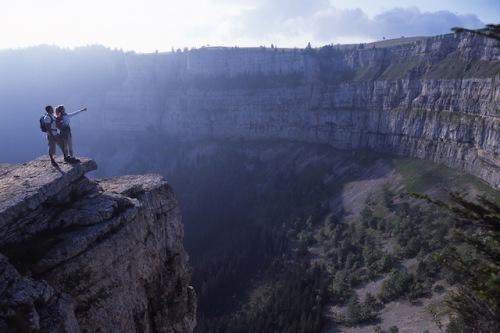 Der Felsenkessel Creux du Van ist ein Höhepunkt für Wanderer im Schweizer Jura. Foto: djd/Jura & Drei-Seen-Land
