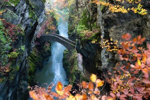Tiefe Schluchten und steile Felswände beeindrucken im Schweizer Jura. Foto: djd/Jura & Drei-Seen-Land/VincentBourrut